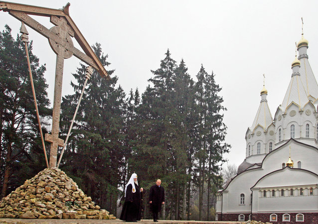 La cruz de madera y la iglesia de los Nuevos Mártires en Bútovo (Archivo)