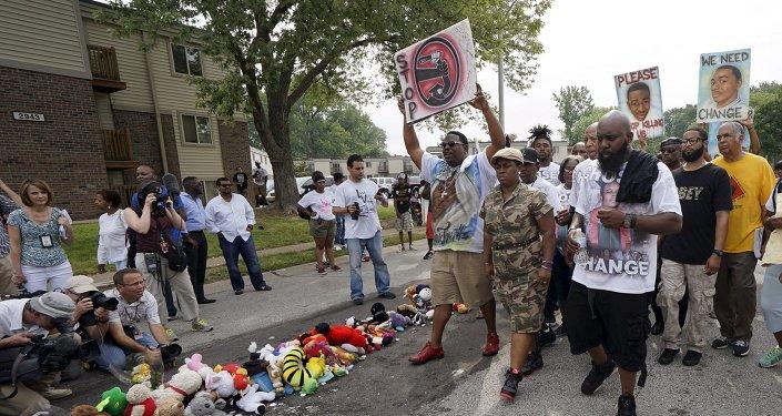 Ferguson conmemora el aniversario del asesinato de Michael Brown