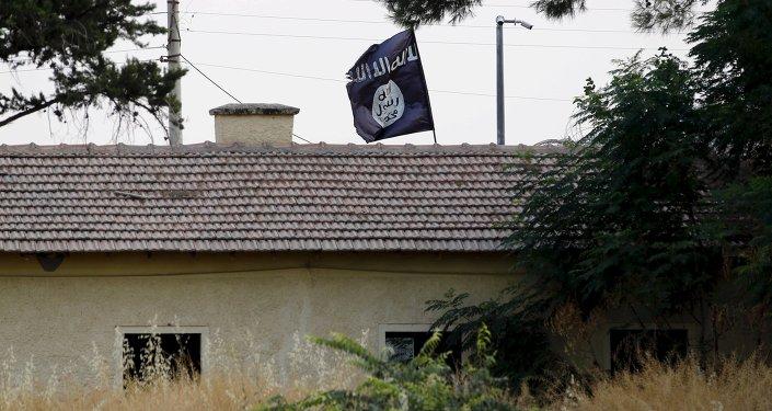 Bandera de Daesh en la frontera con Turquía