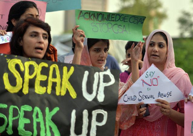 Manifestación en contra de las violaciones de niños en Pakistán