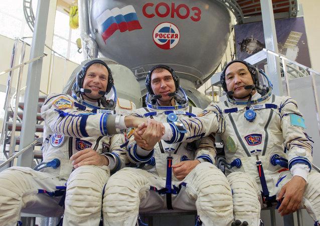 Cosmonautas Andreas Mogensen (Dinamarca), Serguéi Vólkov (Rusia) y Aydyn Aimbetov (Kazajistán)