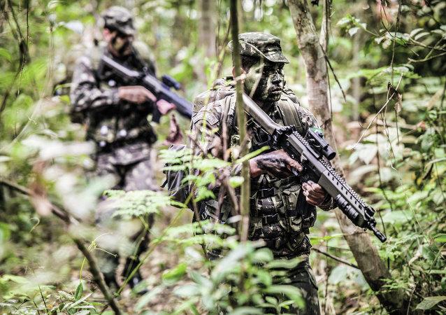 Soldados del Ejército Brasileño en la selva