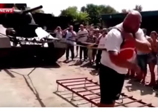 Un siberiano logra mover un carro de combate seis metros