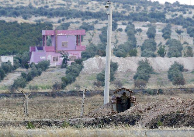 Soldado turco guarda la frontera con Siria