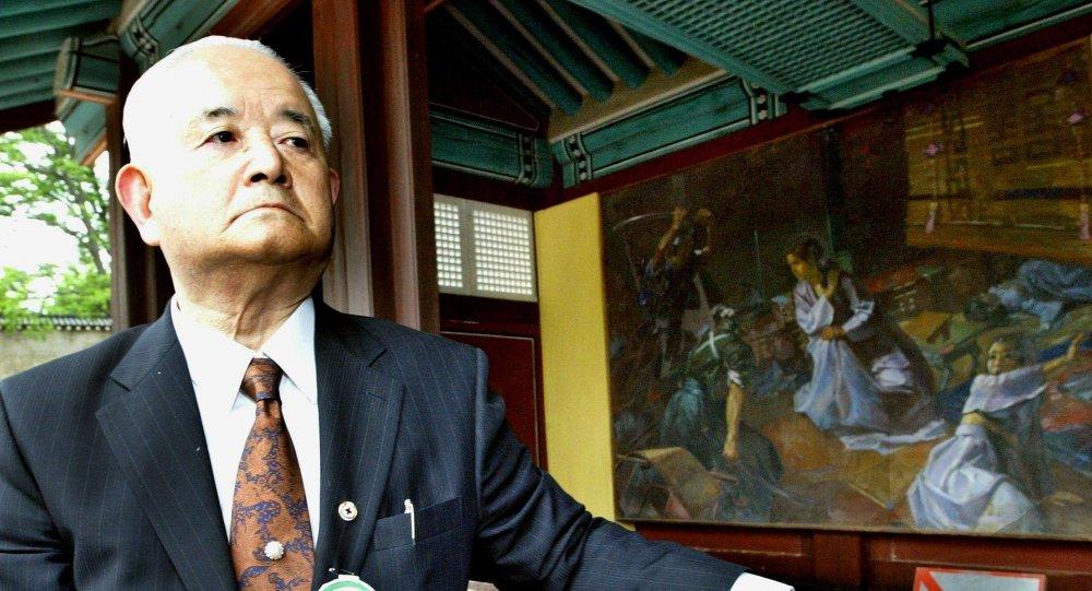 Tatsumi Kawano, nieto de Shigeaki Kunitomo quien asesinó a la emperatriz coreana Myeongseong, mira la pintura que representa su asesinato en Palacio Gyeongbok, en Seúl
