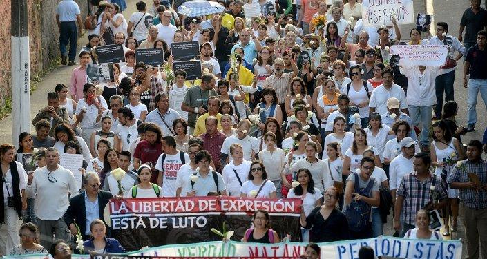 Manifestantes protestan exigiendo justicia por asesinatos de periodistas en Xalapa, México