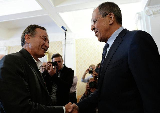 Ministro de Exteriores de Rusia, Serguéi Lavrov (dcha.) durante el encuentro con Haytham Manna