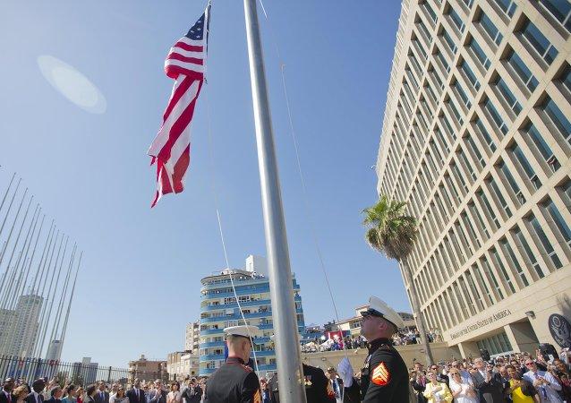 Marines izan la bandera ante la Embajada de EEUU en La Habana en presencia del secretario de Estado de EEUU, John Kerry