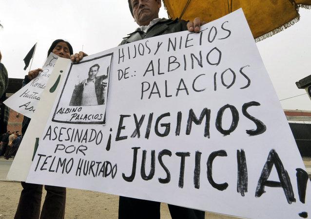Familiares de víctimas de masacre de Accomarca durante una manifestación