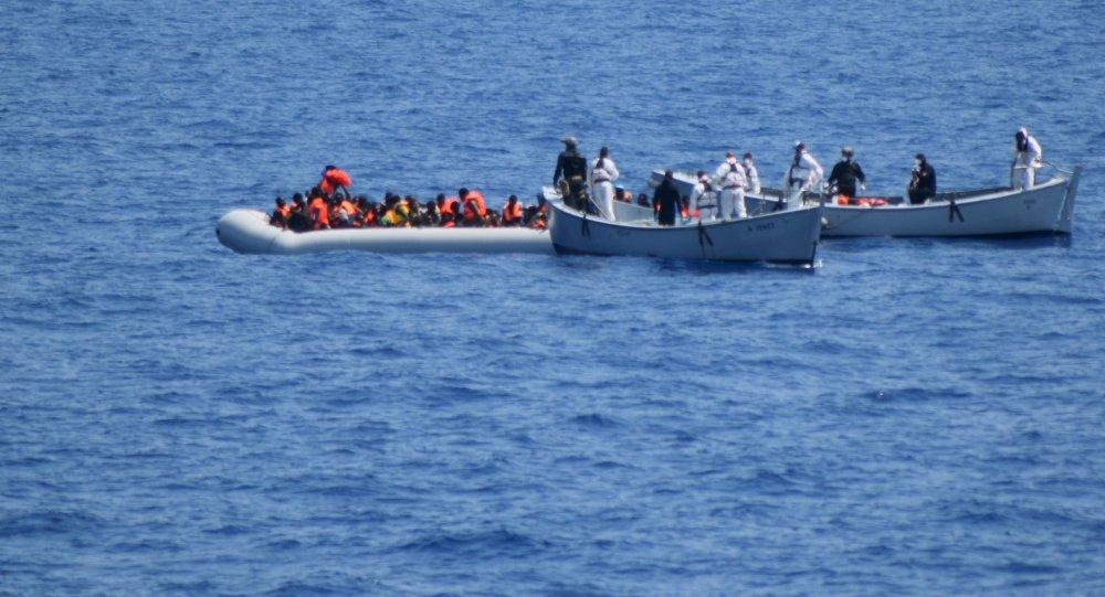 Migrantes tras ser rescatados por autoridades italianos