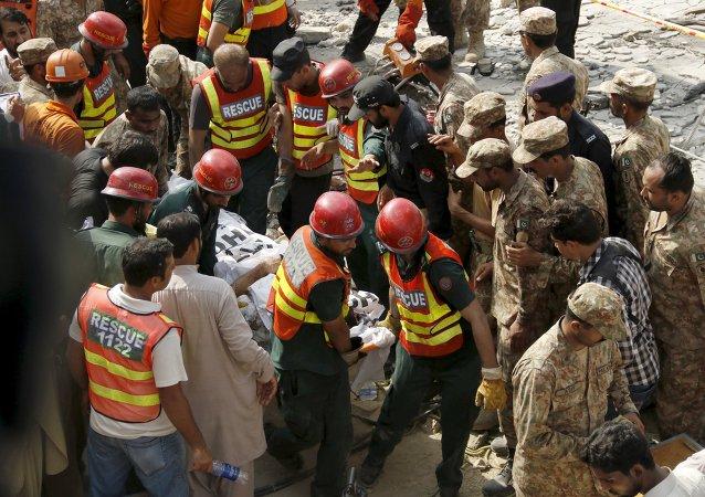 Trabajadores de rescate transportan víctima de atentado en Punjab, Pakistán