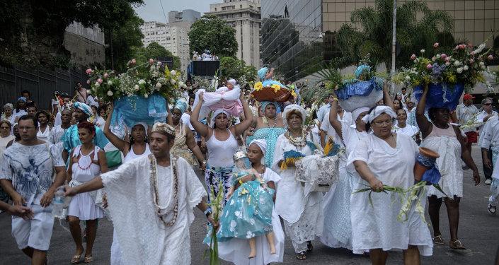 Creyentes afroumbandistas llevan ofrendas para Iemanjá, la Diosa del Mar de la religión afroamericana, en Río de Janeiro, Brasil