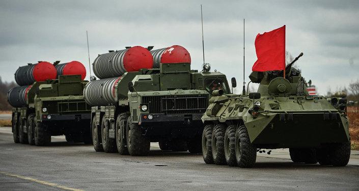 Sistemas de misiles antiaéreos S-300 y un blindado BTR-82