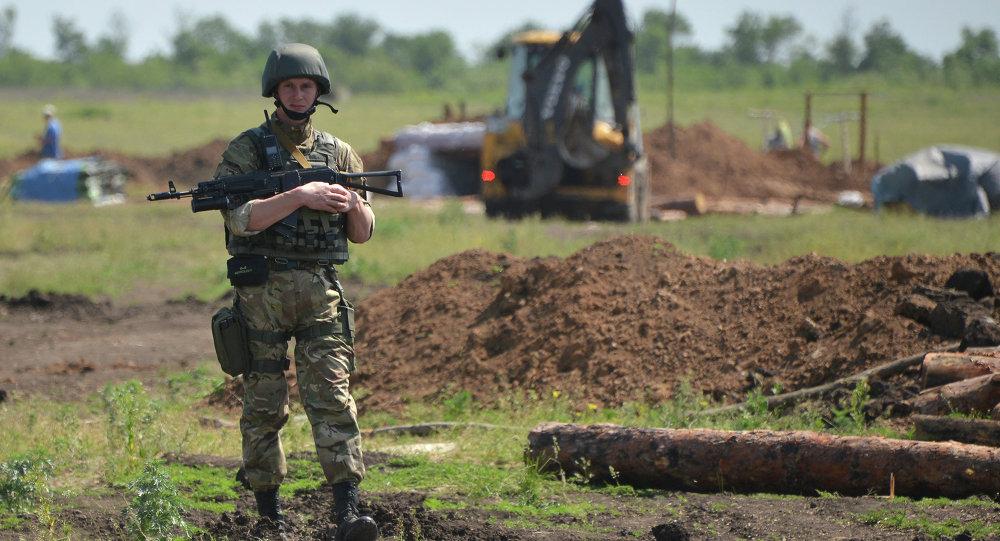Militares ucranianos cavan trincheras en la frontera con Rusia