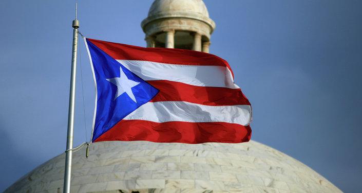 Bandera puertorriqueña y el Capitolio de Puerto Rico en San Juan