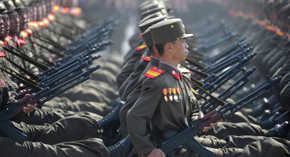Soldados norcoreanos durante un desfile militar