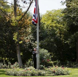 Bandera británica esta izado ante la Embajada de Reino Unido en Teherán, el 23 de agosto, 2015