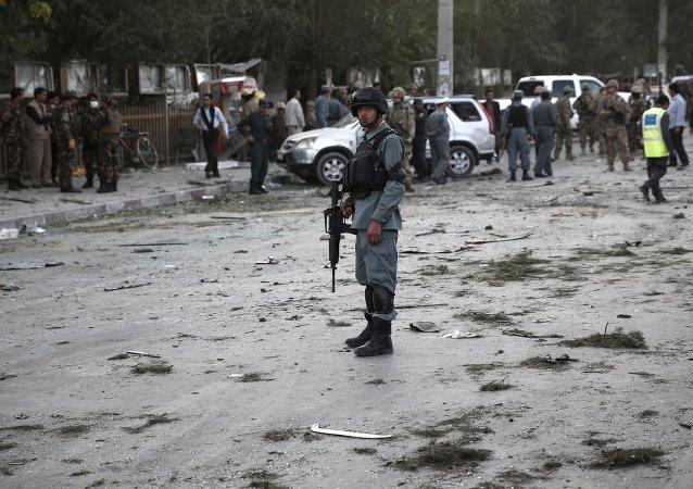 Policía afgano en el lugar de explosión en Kabul, el 22 de agosto, 2015