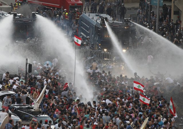 Manifestantes desafían al Gobierno libanés y bloquean las autopistas