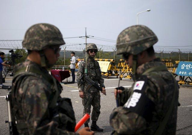 Soldados surcoreanos estan de guardia cerca de la zona desmilitarizada, el 24 de agosto, 2015