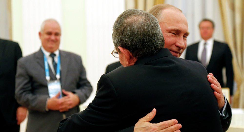 Vladímir Putin, presidente de Rusia, y Raul Castro, presidente de Cuba (archivo)