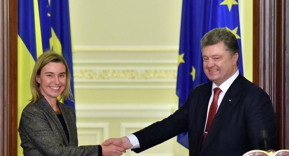 Alta representante de UE, Federica Mogherini, y presidente de Ucrania, Petro Poroshenko