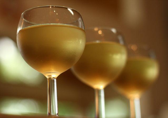 Unas copas de vino blanco