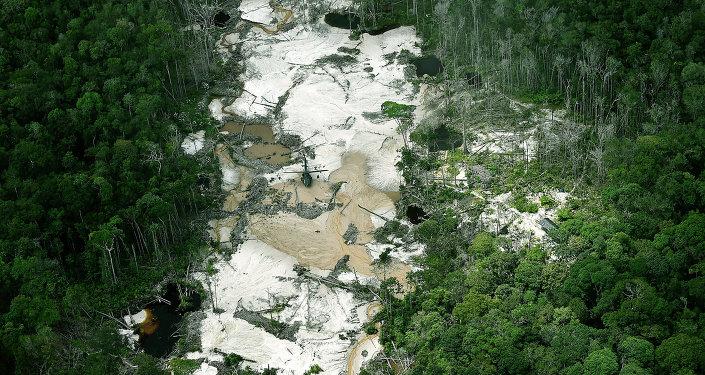 Mina de oro ilegal en la reserva natural Puinawai, Departamento de Guainía, Colombia