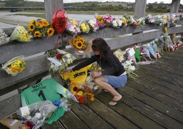 Flores en el lugar de accidente de bombardero Hawker Hunter en Brighton, Reino Unido