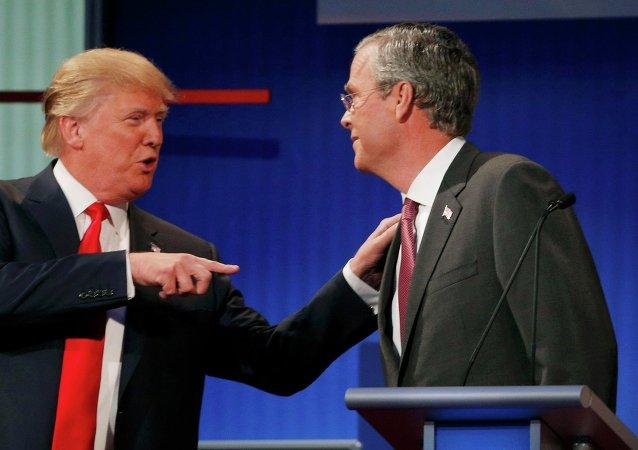 El precandidato presidencial del opositor Partido Republicano de EEUU, Donald Trump, y su rival, el exgobernador de Florida, Jeb Bush