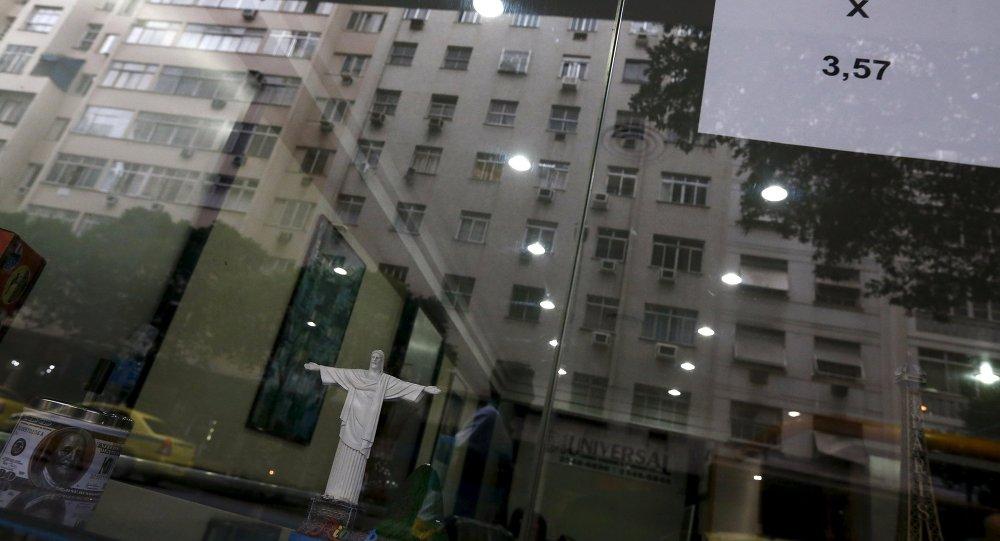 Un signo que da muestra los tipos de cambio del dólar real en Brasil