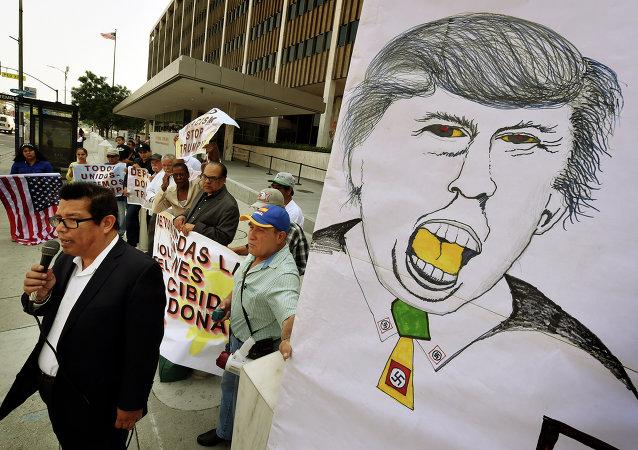 Juan Jose Gutierrez, miembro de la comunidad latina, protesta contra la política del candidato presidencial republicano Donald Trump