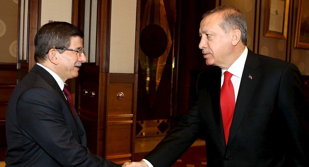 Tayyip Recep Erdogan, presidente de Turquía, y Ahmet Davutoglu, primer ministro de Turquía, en el Palacio Presidencial en Ankara, el 25 de agosto, 2015