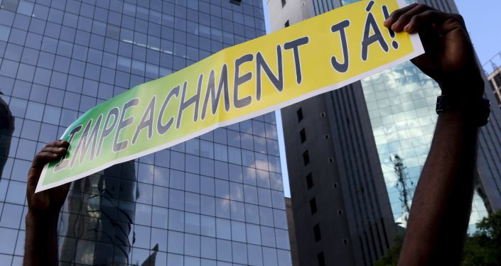 Manifestante lleva un póster que dice: «Impeachment ya!»