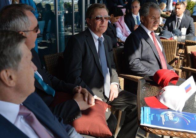 Jefe de la Administración Presidencial, Serguéi Ivanov, y ministro de Defensa de Rusia, Serguéi Shoigú, al visitar MAKS 2015