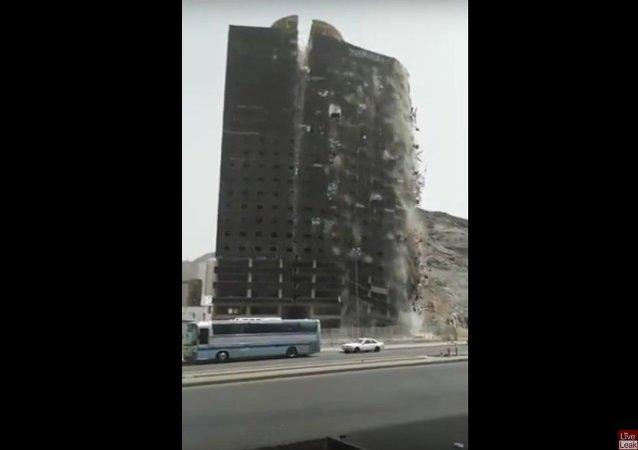 Espectacular derrumbe de edificio en la Meca