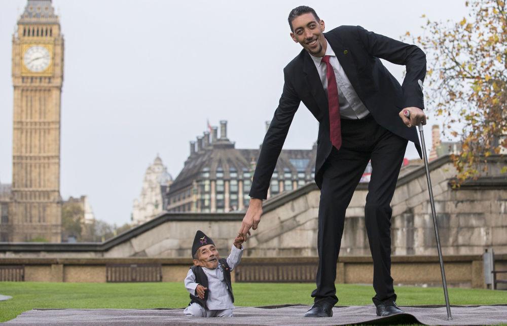 El nepalés Chandra Bahadur Dangi, de 75 años, es el hombre más bajo del mundo. Mide 0,546 centímetros. Mientras, el turco Sultan Kösen, de 32 años, es el más alto con 251 centímetros
