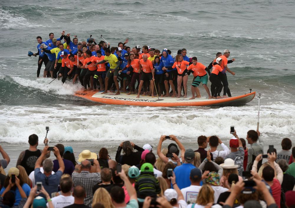 El 20 de junio de este año, 66 surfistas en EEUU batieron el récord mundial de personas nadando en la misma tabla simultáneamente