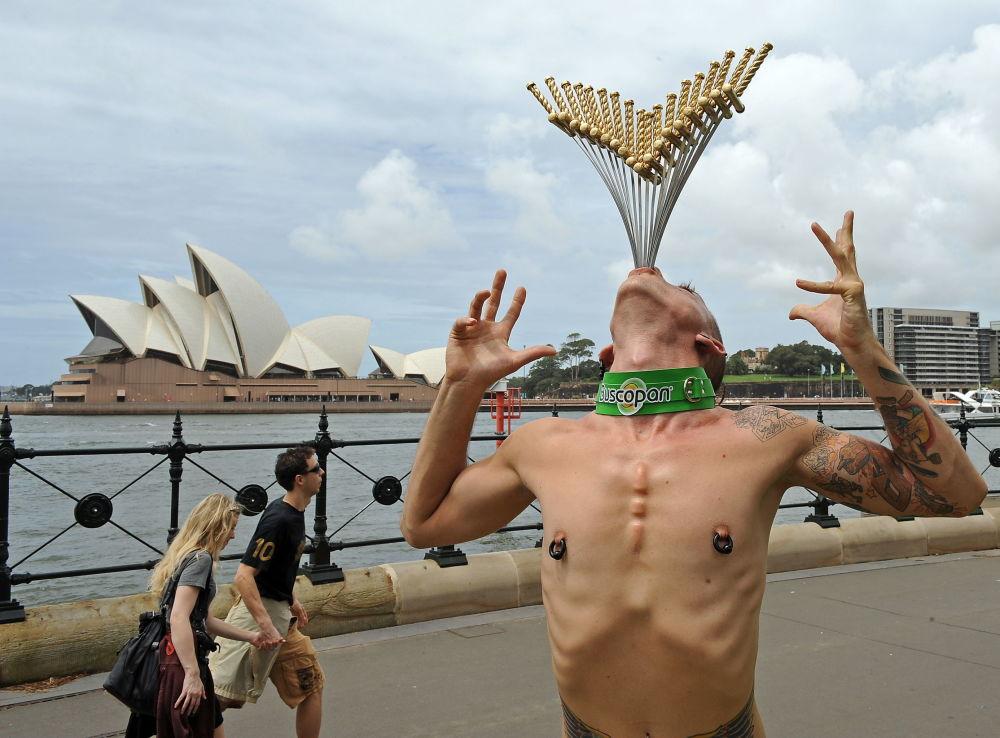 En febrero de 2010, el australiano Cheyne Hultgren batió su propio récord al tragarse 18 espadas
