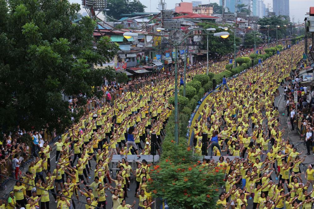 El 19 de julio de 2015, 12.975 personas asistieron a una clase de zumba en las afueras de Manila