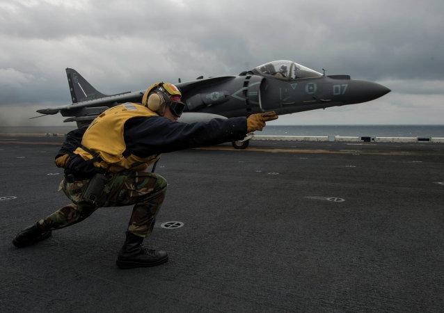AV-8B Harrier despega de USS Bonhomme cerca las costas de península de Corea
