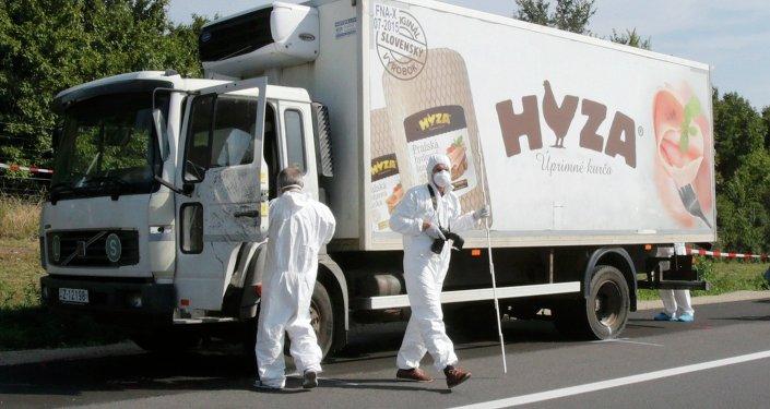 El camión donde fueron hallados los cadáveres de los inmigrantes
