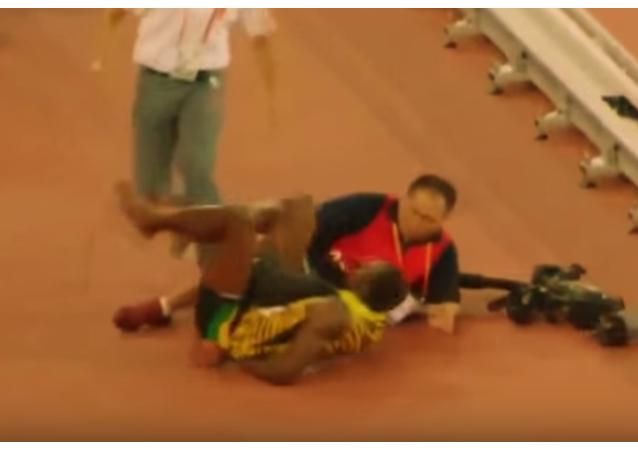La zancadilla de un cámara a Usain Bolt