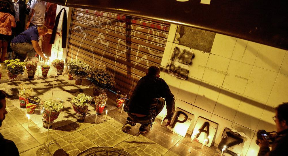 Amigos de las víctimas de la matanza de Osasco encienden candelas en altar en la calle
