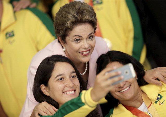La presidenta de Brasil, Dilma Rousseff, con las atletas paralímpicos brasileños