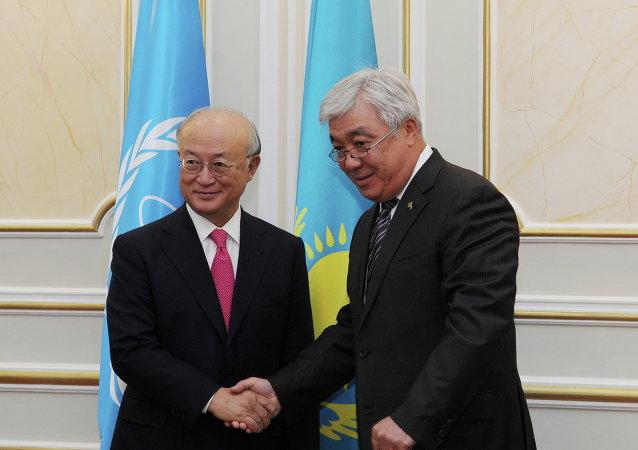 Director del OIEA, Yukiya Amano, y ministro de Exteriores de Kazajistán, Erlán Idrísov