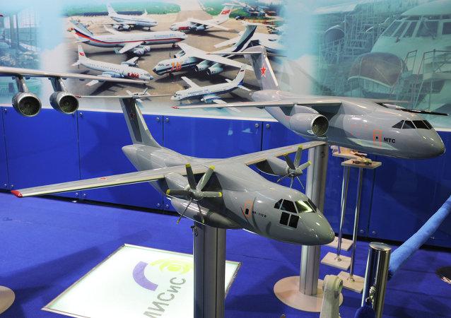 Una maqueta del avión ligero de transporte militar Il-112B