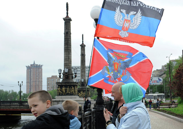 Banderas de la RPD y Novorrusia en Donetsk