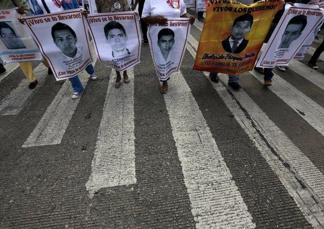 Fotos de 43 estudiantes desaparesidos