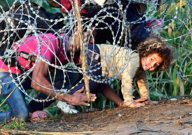 Inmigrantes en la frontera entre Serbia y Hungría